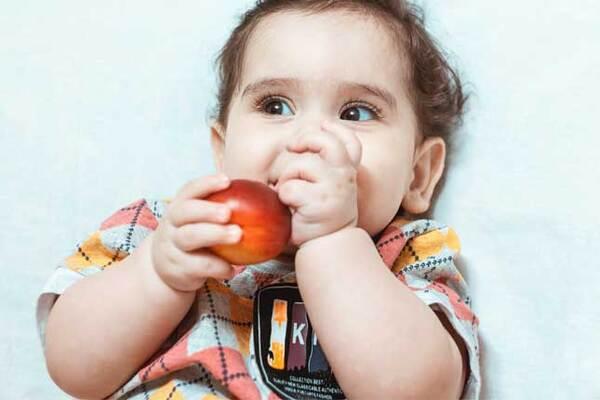 Хранене на бебе на 6 месеца - колко трябва да яде шестмесечно бебе?