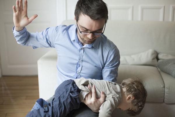 Какво се случва, когато удряте децата си?