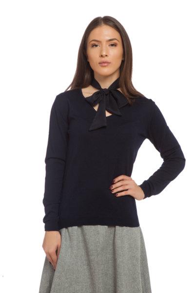 Тъмносин пуловер с коприненa панделка