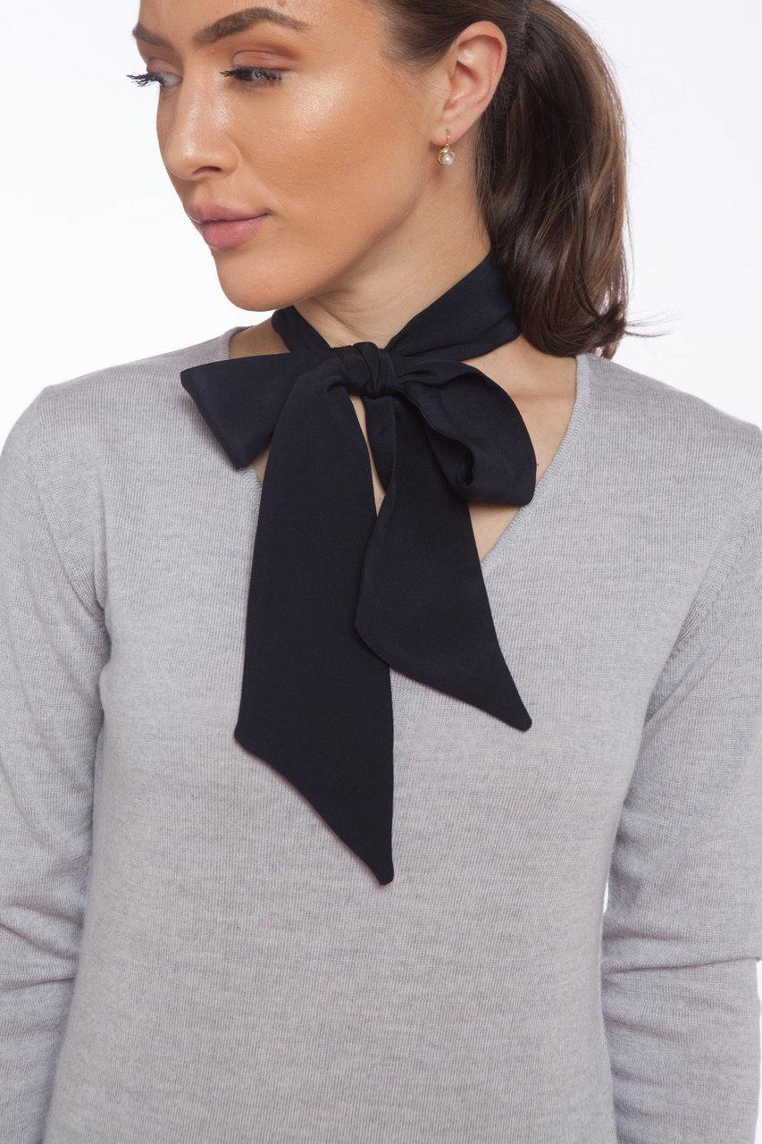Сив пуловер и коприненa панделка