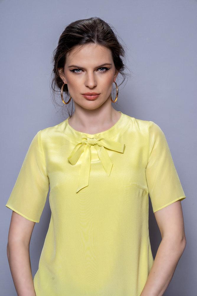 Жълта копринена блуза с панделка