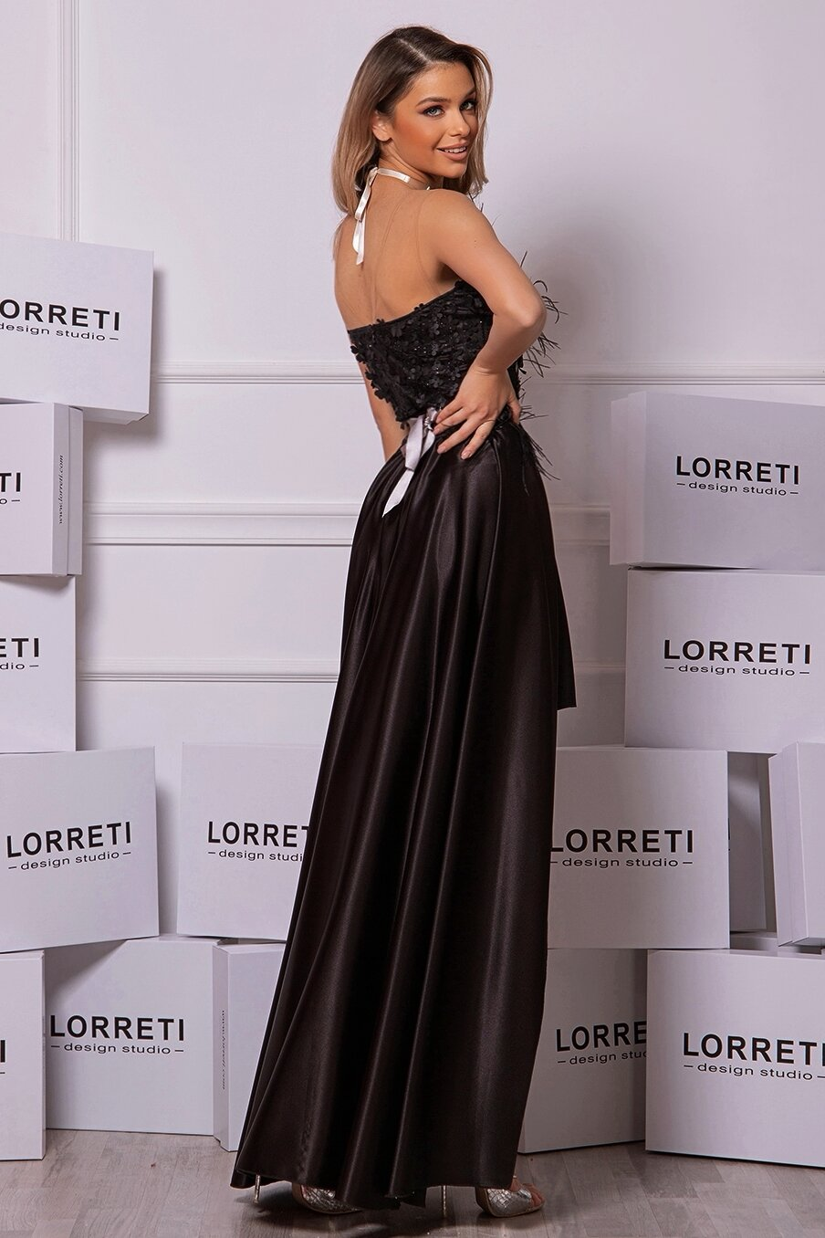 Официална дълга рокля цвят черен блестяща сатен пера lorreti ивомила