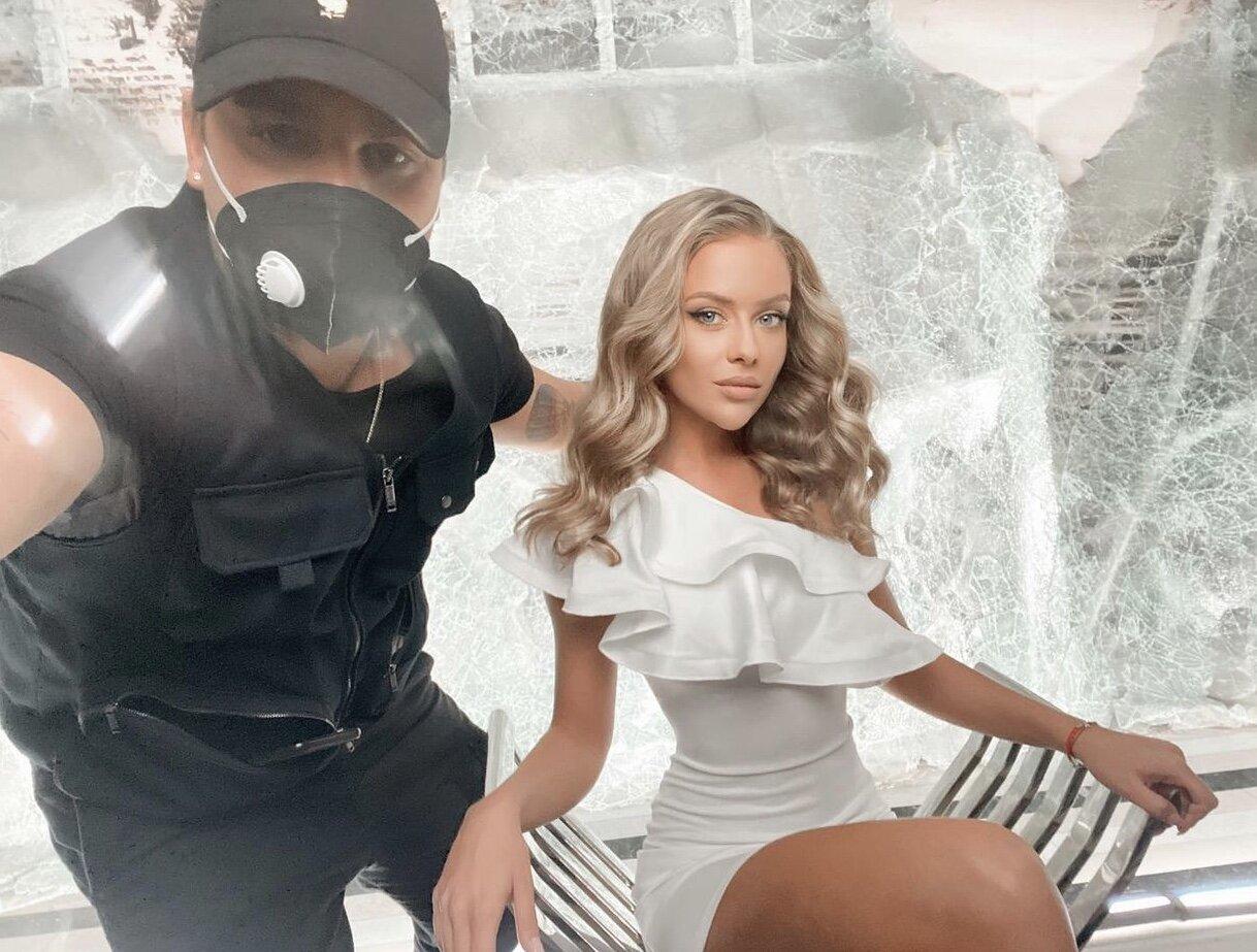 Коктейлна къса рокля цвят бял lorreti клип ивайло колев