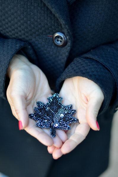 Брошка Еенно листо в черно