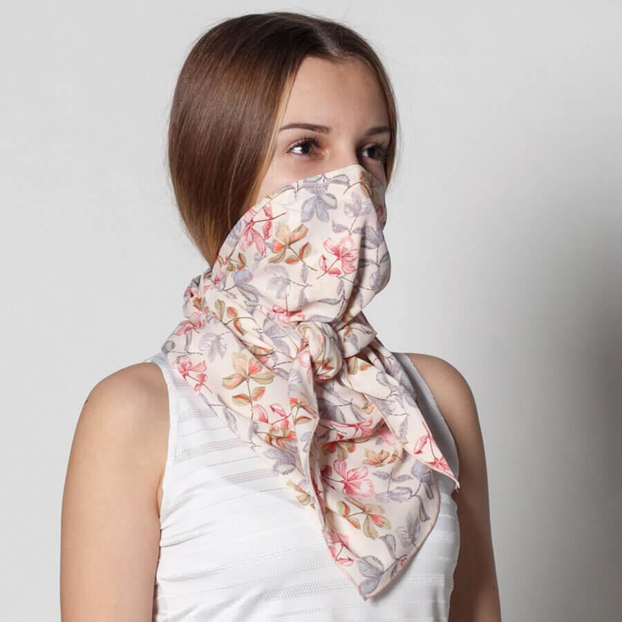 Модерен дамски шал на цветя от тънка материя. Алтернатива на маските с филтър. Можете да поставите антибактериален филтър със сребърни йони в специален джоб.