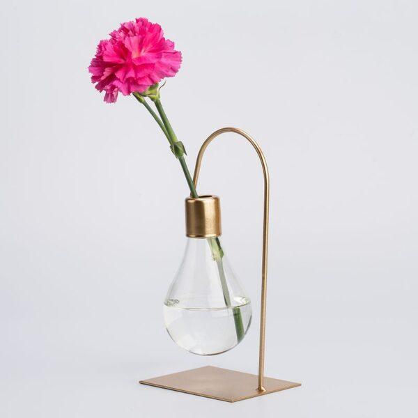 Искаш свежи цветя в дома си? Ето как да избереш идеалната ваза за тях