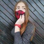 """Промоционален комплект текстилна маска с дизайн """"КАРЕ"""" и цветна силиконова гривна с резервоар за дезинфектант"""
