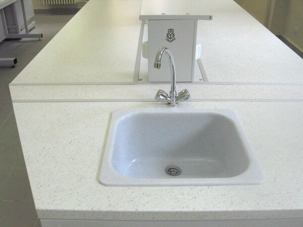 Лабораторна маса трапецовидна 1500/600х600х900mm с мивка PVC