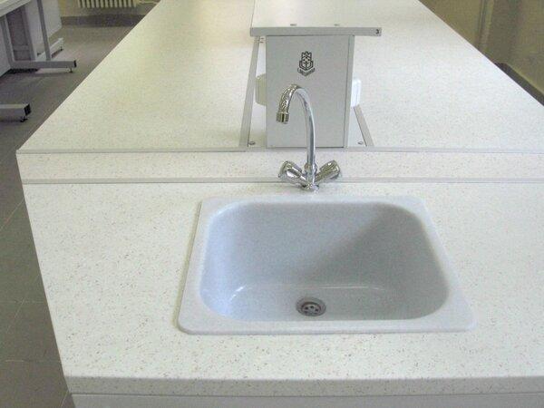 Лабораторна маса трапецовидна 1500/600х600х900mm с мивка композитна