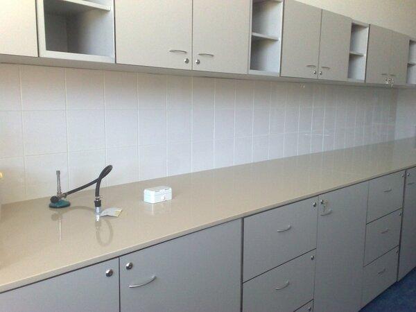 Лабораторна маса 1200х600х900mm, с 1 врата, 4 чекмеджета и мивка PVC