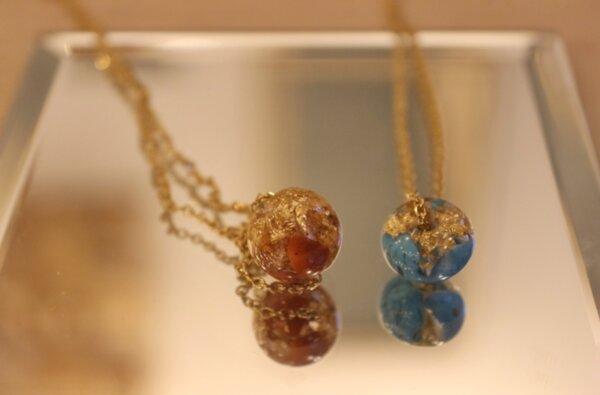 Колие с естествени камъни, кристали и смола