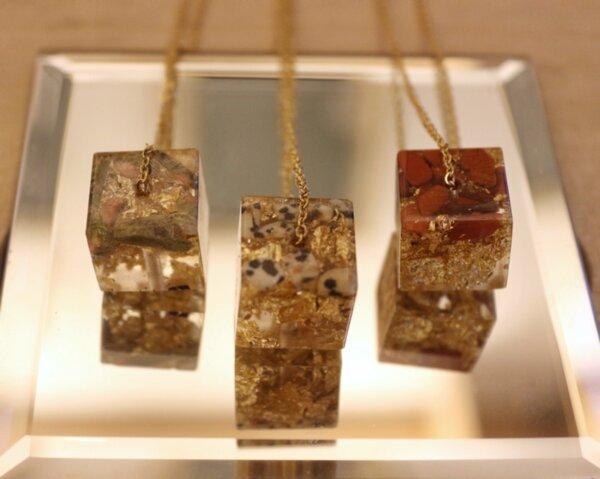 Колие с кубична форма естествени камъни, кристали и смола
