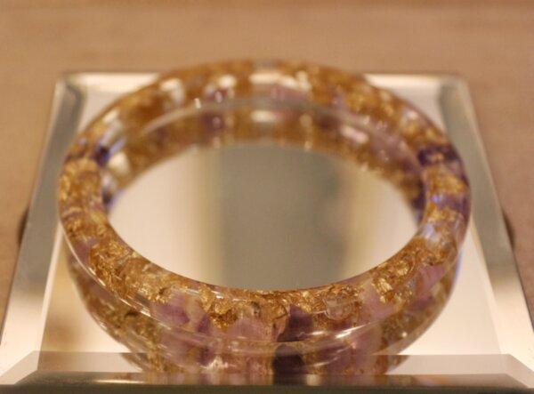 Гривна с естествени камъни, кристали и смола