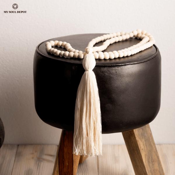 Голяма декоративна дървена броеница с бял пискюл