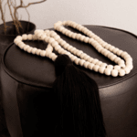 Голяма декоративна дървена броеница с черен пискюл