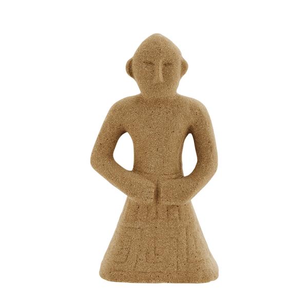 Каменна фигурка в пясъчен цвят