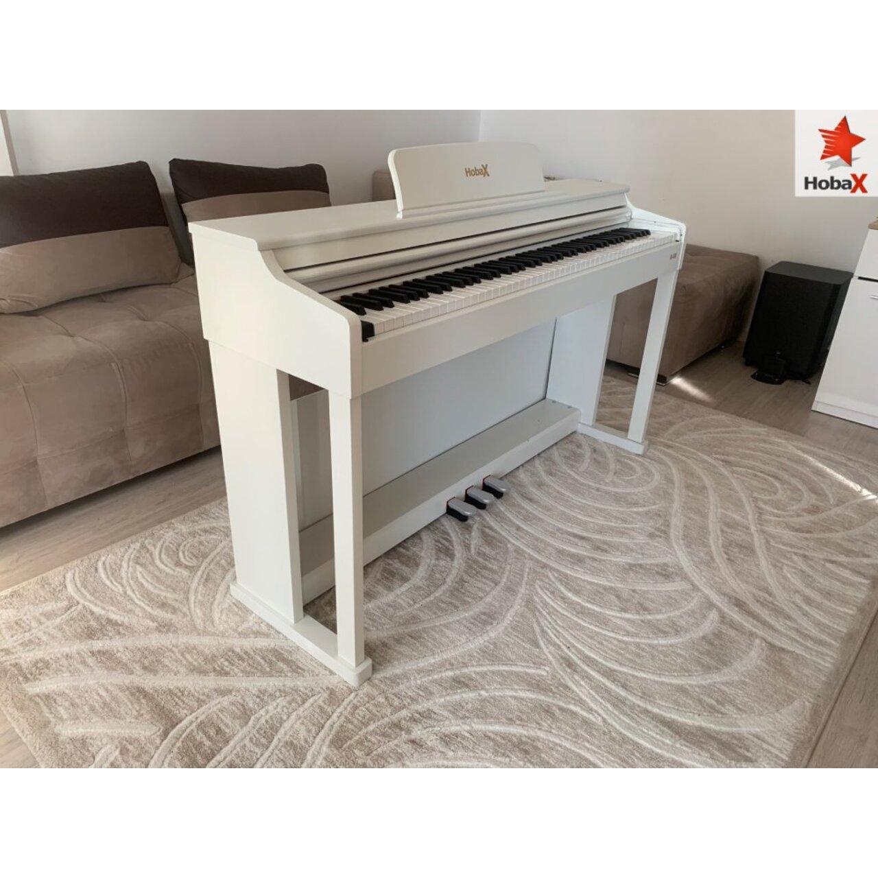 Дигитални пиано Hobax B-88, БЯЛ цвят, 88 клавиша HAMMER ACTION тежка клавиатура, 7 октави, 8 звуци, 128 ритми, с тройна педалиера. +3 ПОДАРЪКА – слушалки, стикери за клавиши и покривало