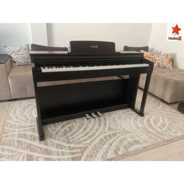 Дигитални пиано Hobax B-88, тъмен цвят, 88 клавиша HAMMER ACTION тежка клавиатура, 7 октави, 8 звуци, 128 ритми, с тройна педалиера. +3 ПОДАРЪКА – слушалки, стикери за клавиши и покривало