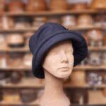 Мека шапка от плат с голямо цвете тъмно-синя