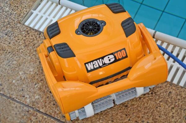 Dolphin Wave 100 - Робот за басейни с дължина до 25 м.