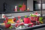 """GEFU Стоманена стойка за кухненска ролка """"CURVE"""" - цвят малинено червен"""
