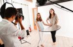 Какво е рефлектор за светлина и как да го използваме във фотографията