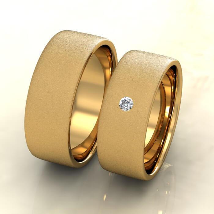 Плоски брачни халки жълто злато мат с диамант
