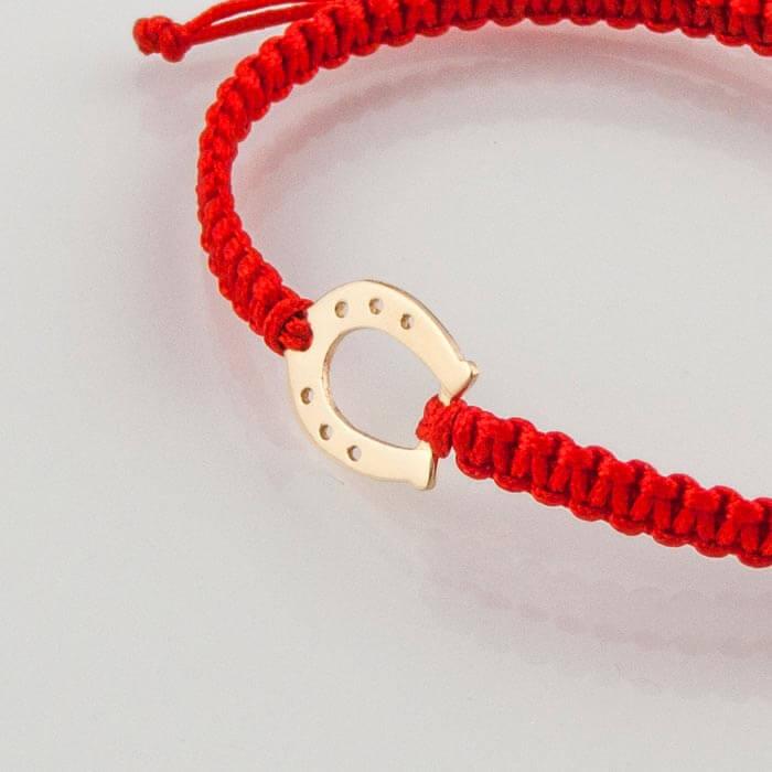 Гривна плетена с червен конец жълто злато подкова