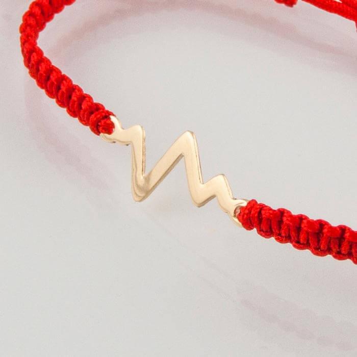 Гривна плетена с червен конец жълто злато пулс