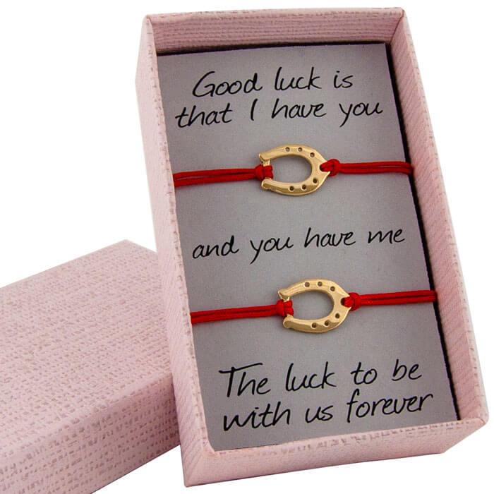 Гривни с червен конец жълто злато подкови в кутийка с послание