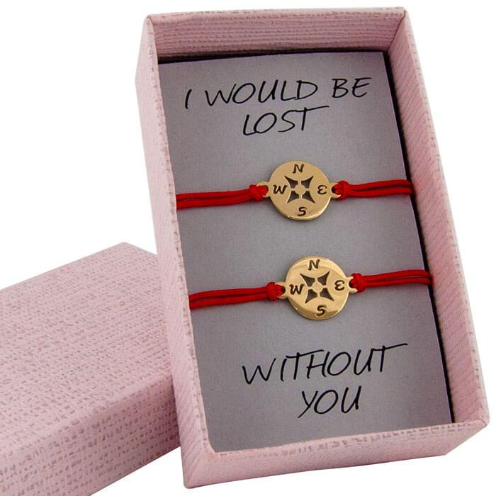 Гривни с червен конец жълто злато компаси в кутийка с послание