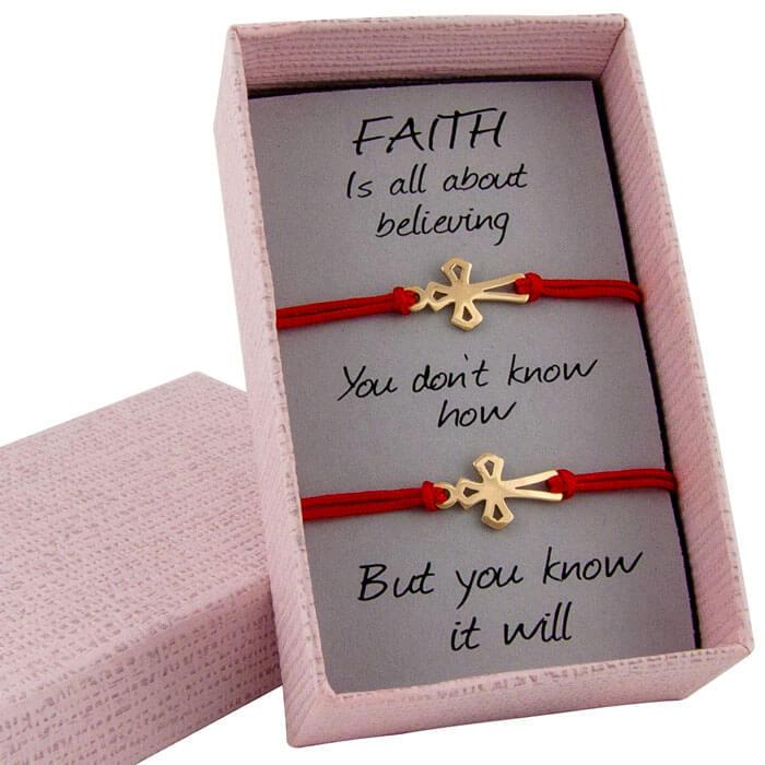 Гривни с червен конец жълто злато кръстчета ромб в кутийка с послание