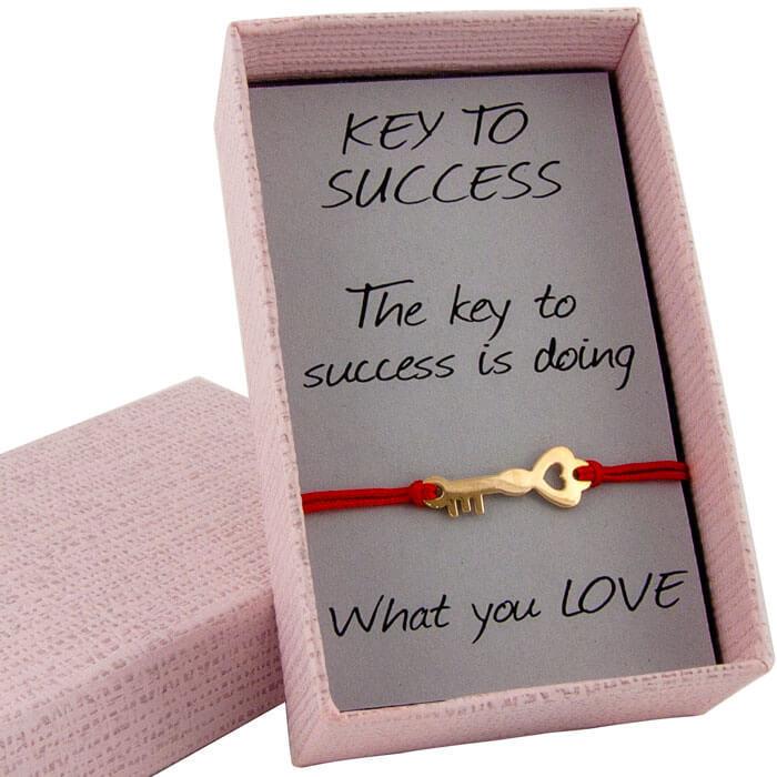 Гривна с червен конец жълто злато в кутийка с послание