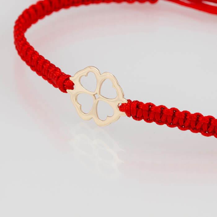 Гривна плетена с червен конец жълто злато четирилистна детелинка