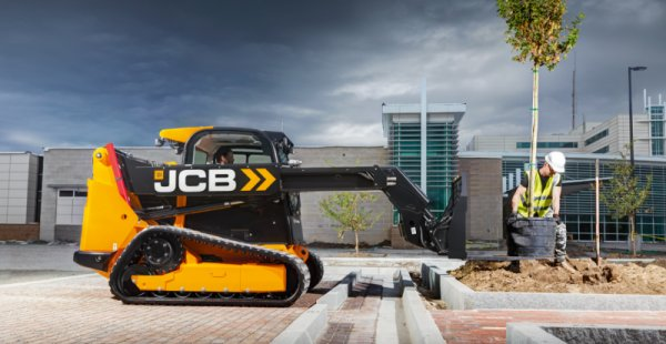 JCB представя първия в света мини челен товарач с телескопична стрела