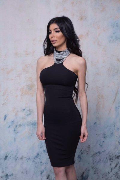 Мегз къса черна рокля с метални детайли