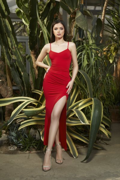 Мегз впита рокля с тънки презрамки и цепка