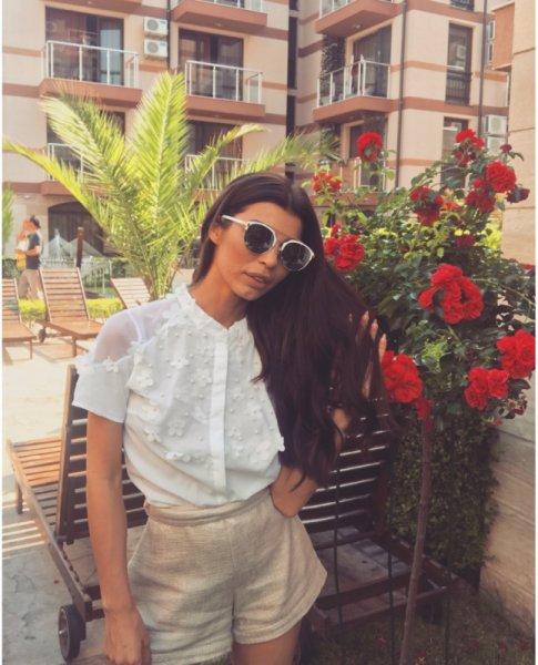 Мегз Риза с перли и цветя
