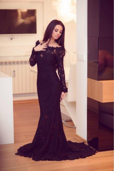 Мегз рокля с дантела и шлейф