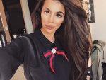 Мегз Риза с панделка и брошка