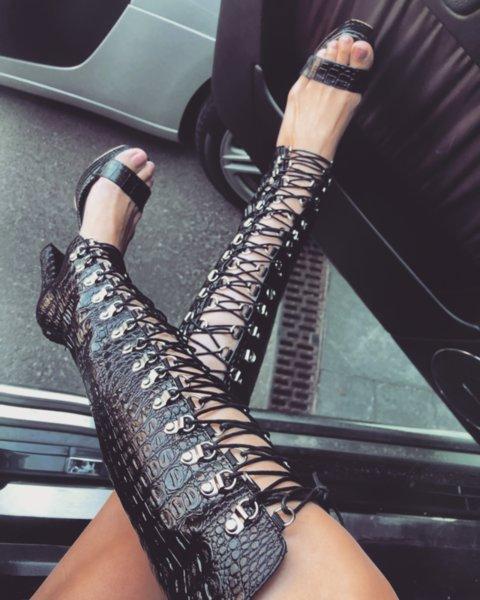 Любими обувки на Меги с висок ток и връзки