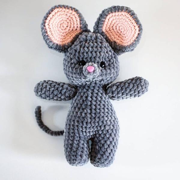 Ръчно плетена играчка от бебешка прежда Мишле