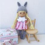 Ръчно плетена играчка от прежда Кукличка