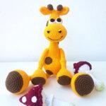 Ръчно плетена играчка от прежда Жирафче