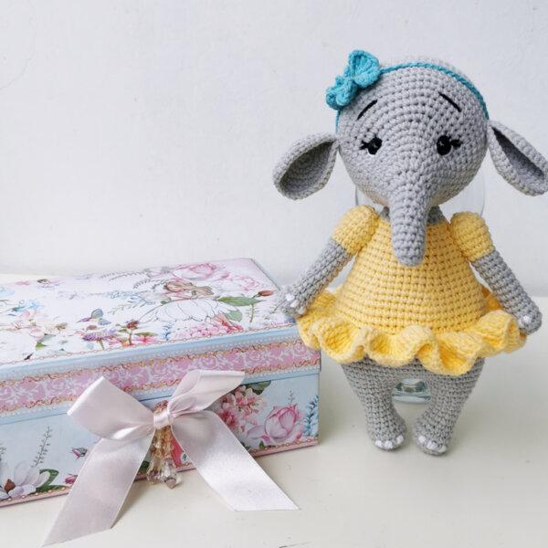 Ръчно плетена играчка от прежда Слонче