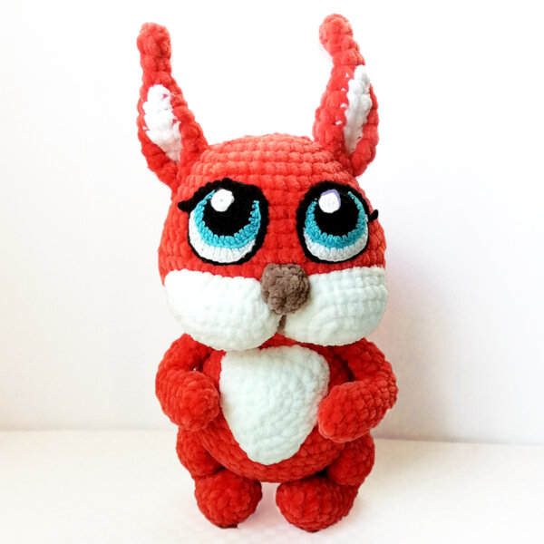 Ръчно плетена играчка Катеричка