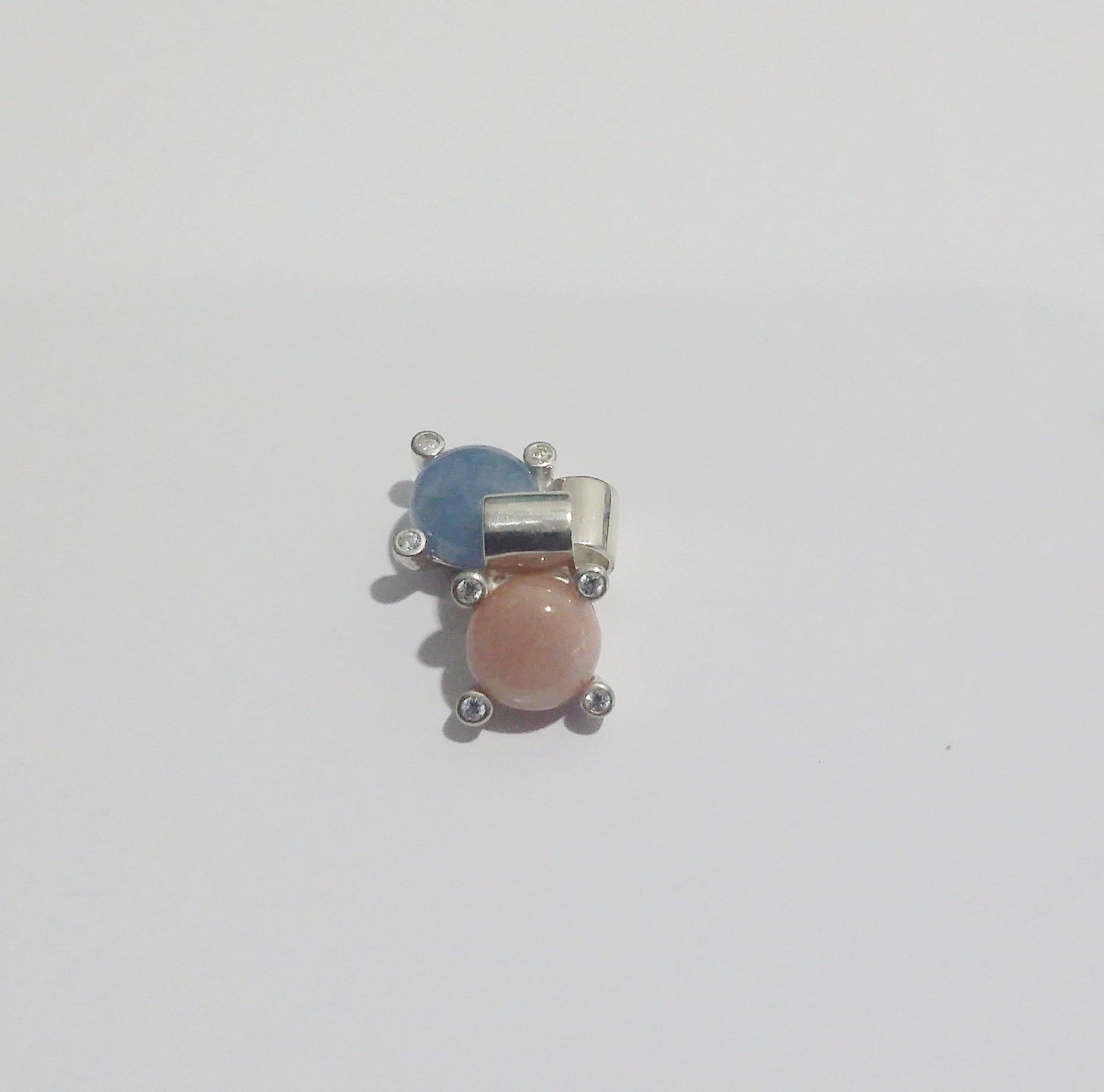 Висулка с малък кабошон