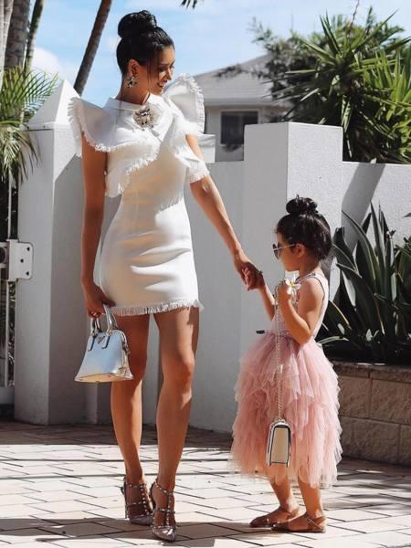 Бяла рокля с къдрици и брошка Абигейл