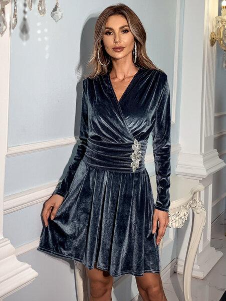 Кадифена разкроена рокля Фрея с брошка в сив цвят