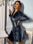 Кадифена разкроена рокля Фрея с брошка в сив цвят-Copy